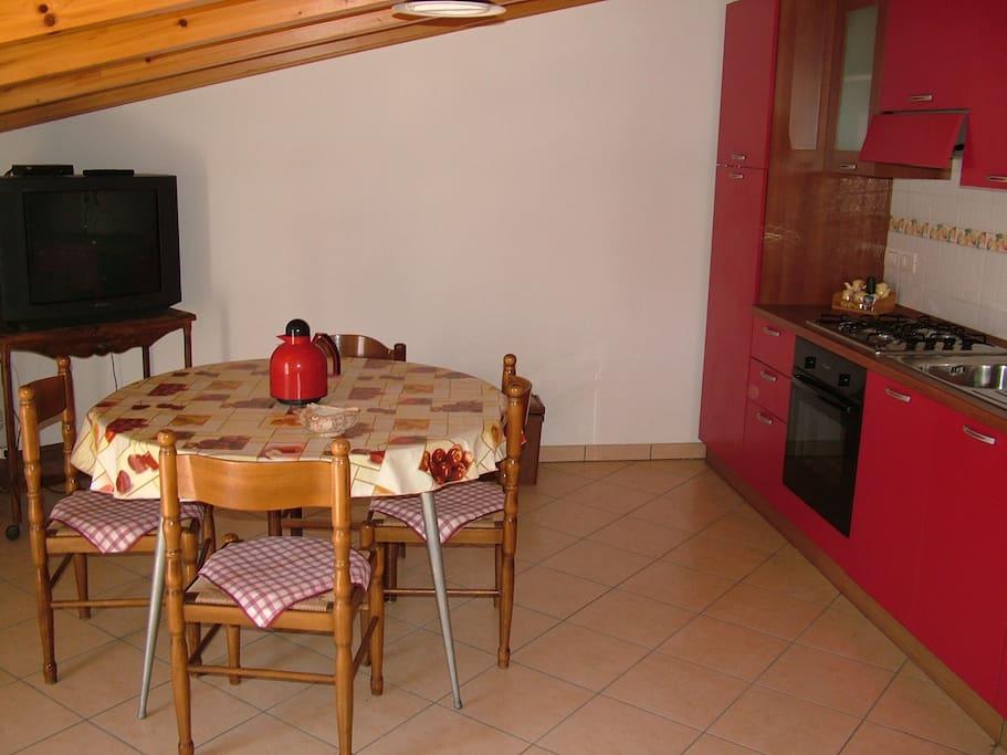 Cucina con annesso soggiorno (in comune)