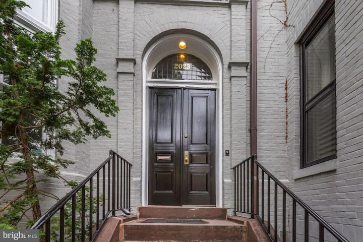 Beautiful, historic Dupont row-house master BDR