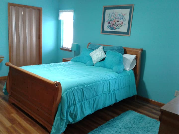 15 minutes from airport, comfortable apartment