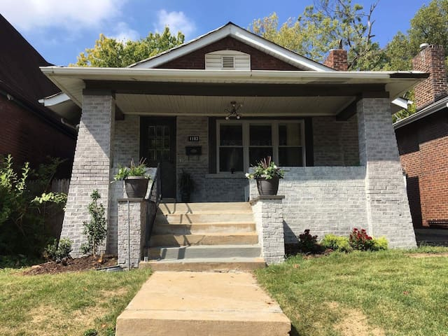 Cozy cottage in prime St. Louis Location!