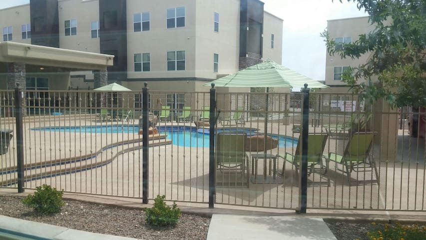 Gated community with pool and gym! - El Paso - Apartment