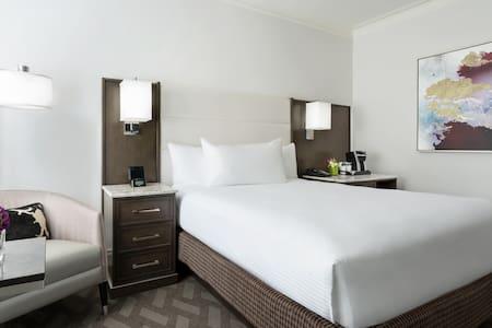 Guestroom with Queen Bed