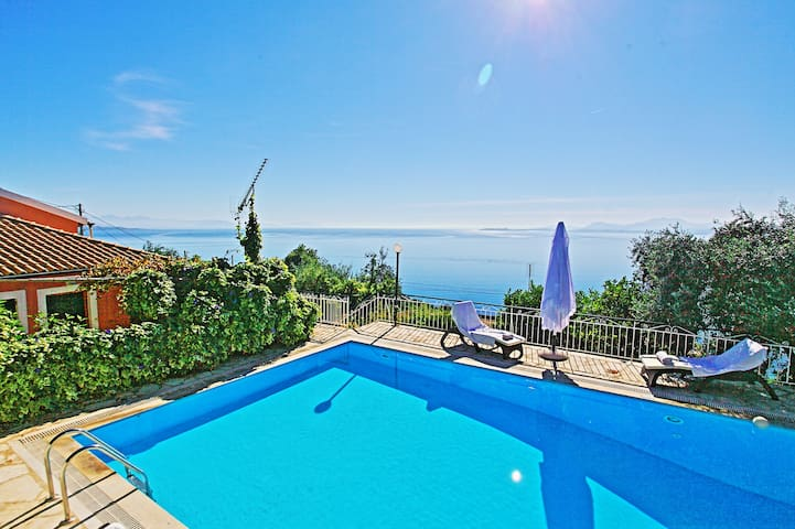 Villa Nafsika: Stunning views, private pool, WiFi
