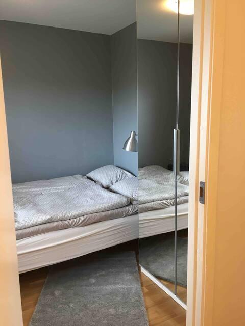 Koselig rom med stor garderobe og pult.