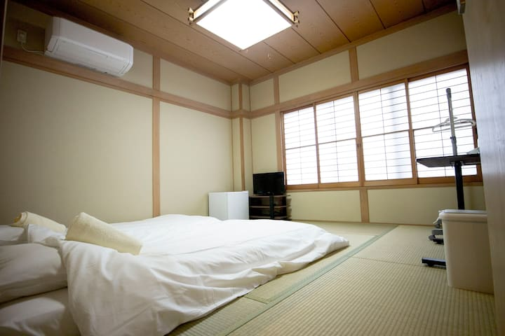 Japanese Twin room with Free Wifi & 5min from Sta.