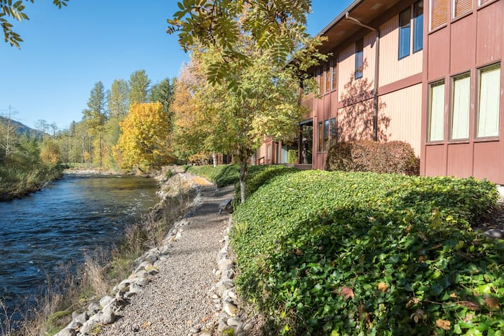Salmon River Condo for summer vacations along the Salmon River with fireplace, pet-friendly