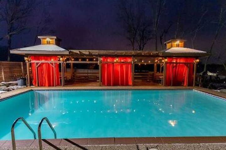 The B Estate Heated Pool, Jacuzzi & more!