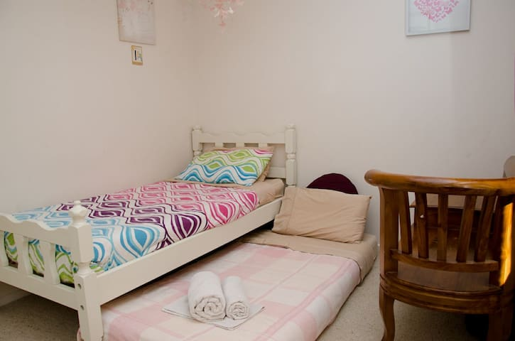 Single room in large family home - Aranda - House