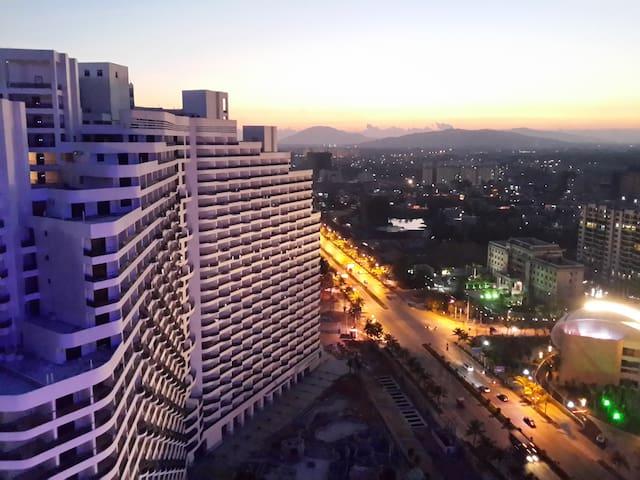 我的公寓位于海南省陵水,交通方便。从三亚及海口都可乘高铁到达,高铁站据公寓很近,不到十分钟车程。 - Lingshui Lizuzizhixian