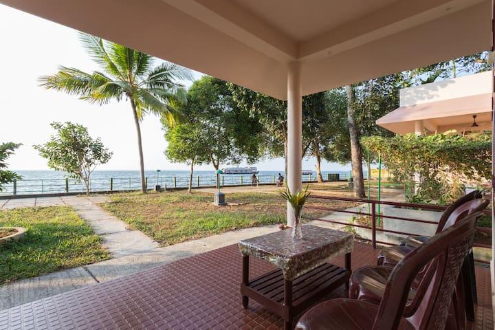 Lakeside A/C Family Cottage,Kumarakom,For 4 Person - Kumarakom