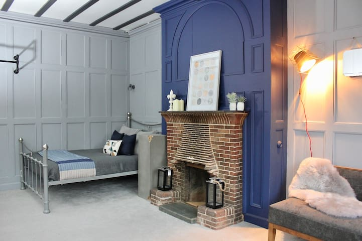Stylish Upmarket Room in prime Wolves location