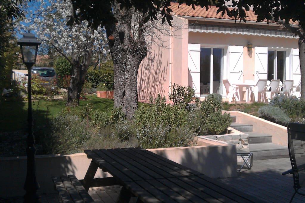 Espace picnic ombragé près de la piscine (partagé avec propriétaires)