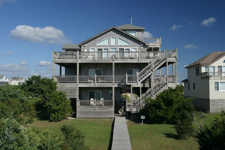 Waterfront 5 bedroom house w/ private hot tub, WiFi, ocean view, fireplace