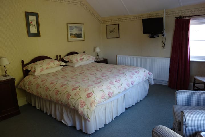 Superkingsize bed, can be made into two singe beds, ensuite bathroom (shower), TV, hospitality tray, free wifi, full English breakfast in our beautiful dinning room. Gardens, ample parking. Malvern 4 miles, Worcester 5 miles
