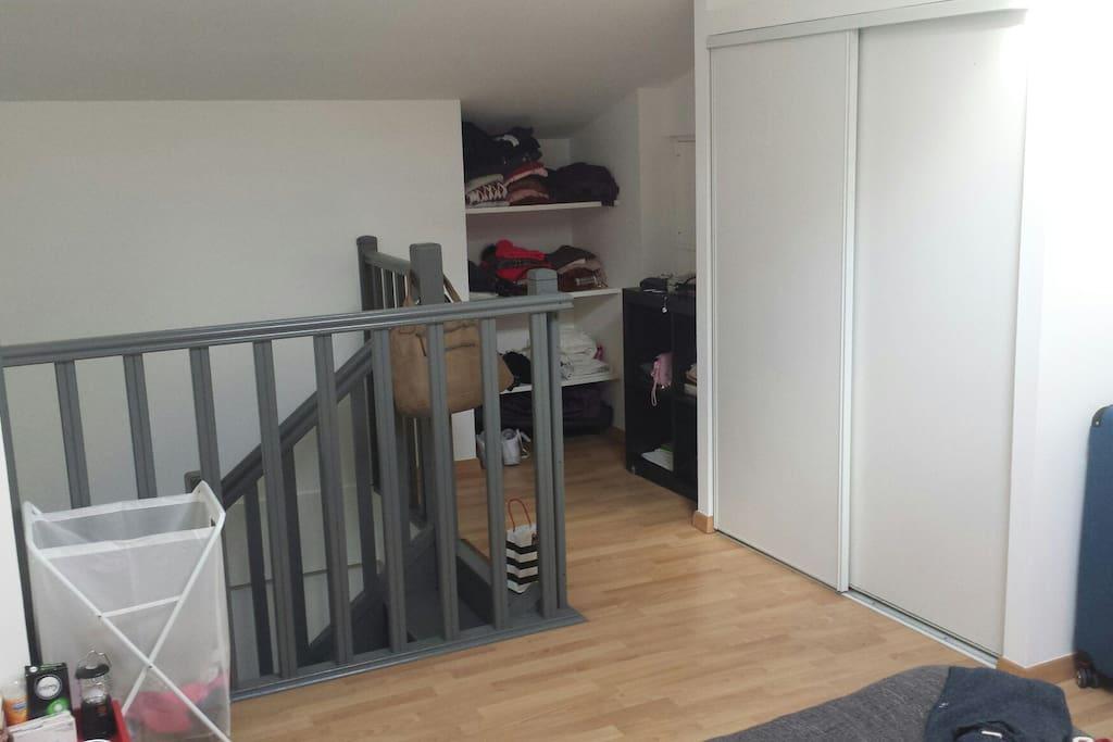 Escaliers donnant sur le couloir du bas