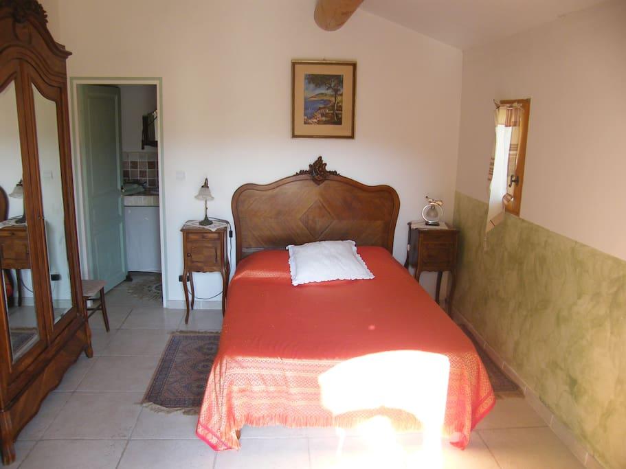 chambre d 39 h te en lub ron chambres d 39 h tes louer lourmarin paca france. Black Bedroom Furniture Sets. Home Design Ideas