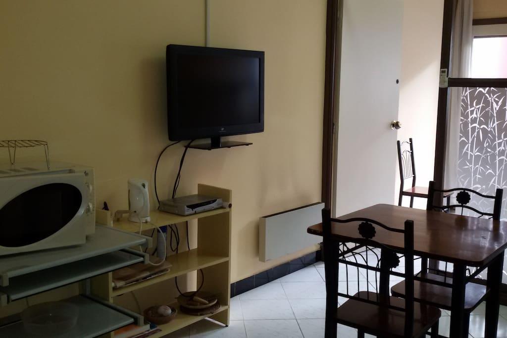 Téléviseur, four micro-ondes table à manger.....