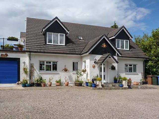 THE APARTMENT, family friendly, with a garden in Croy, Ref 5375