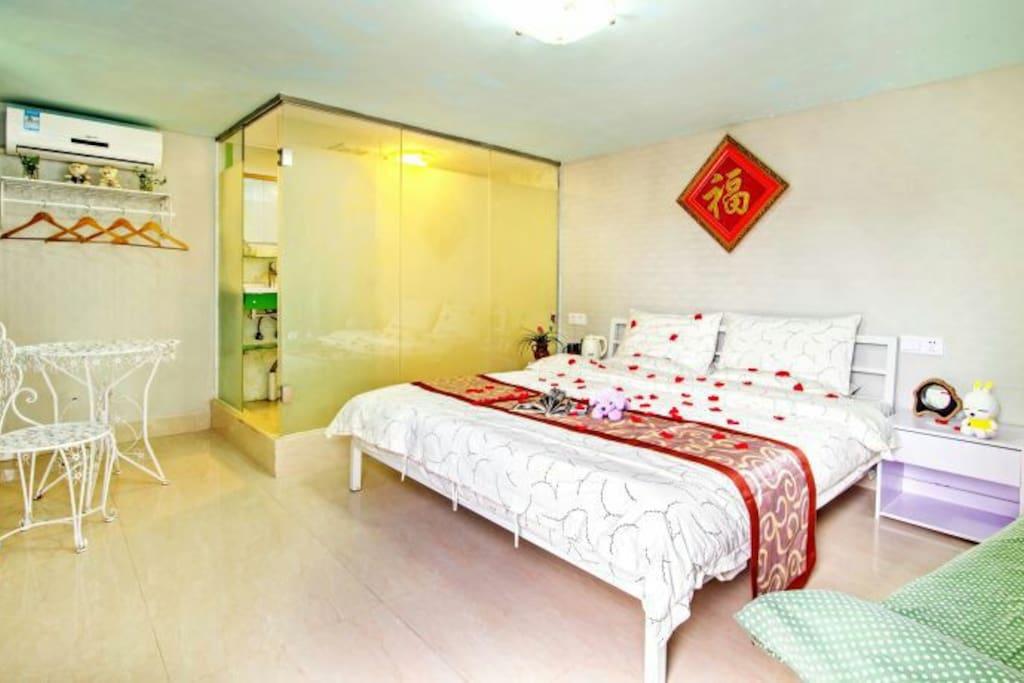 豪华湖景大床房,一张一米八大床,带露台…
