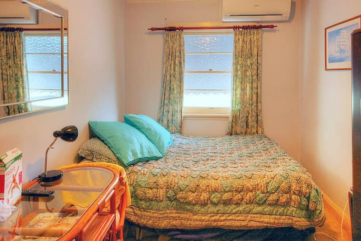 The Very Small Shoebox Room - East Lismore - Bed & Breakfast