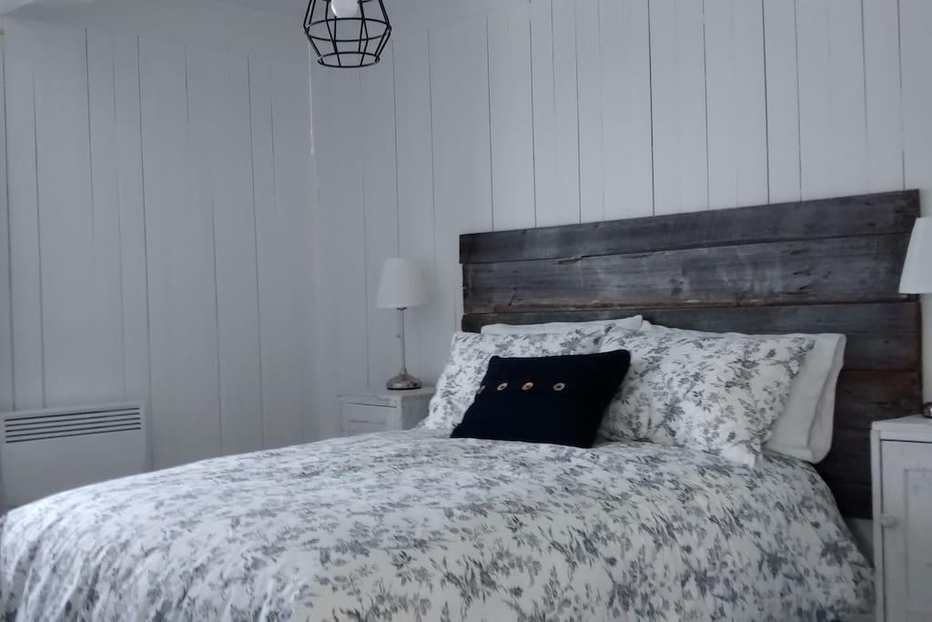 Grande chambre avec garde-robe. Décoration rustique.