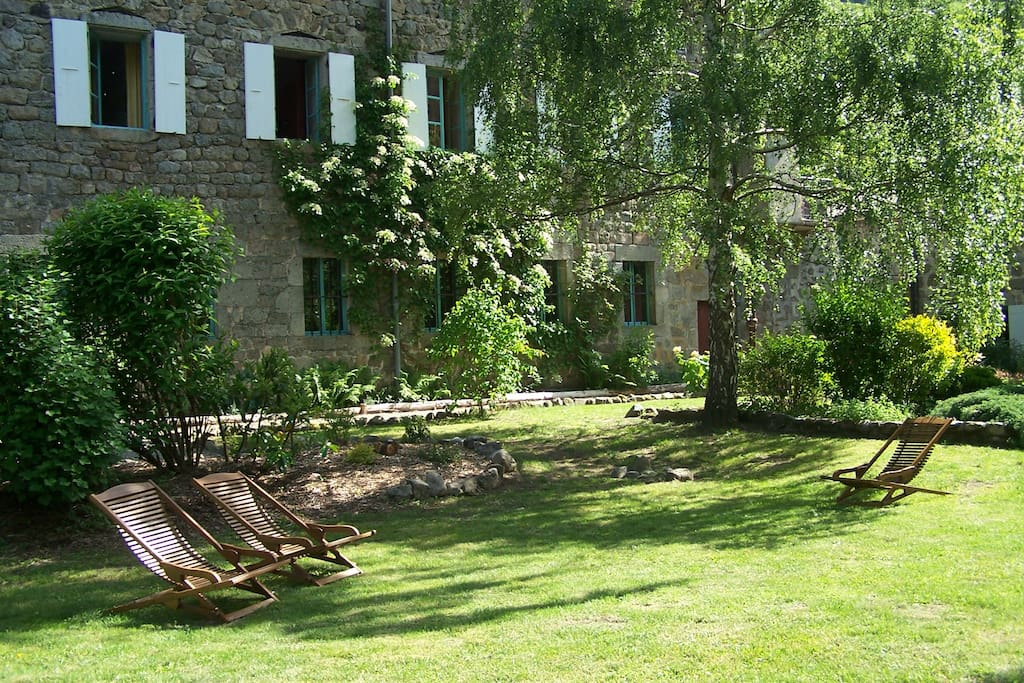 La propriété avec vue sur l'ancienne usine à soie et son parc
