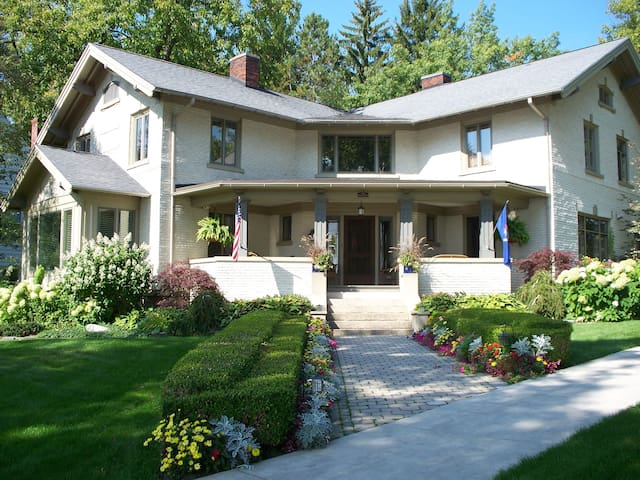 BLUFF VIEW home in town - Harbor Springs - Huis