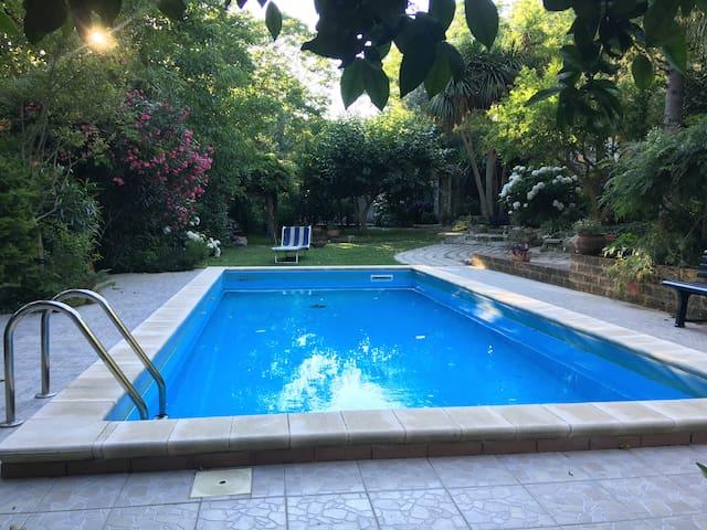 Holiday House .Stanze con vista giardino e piscina