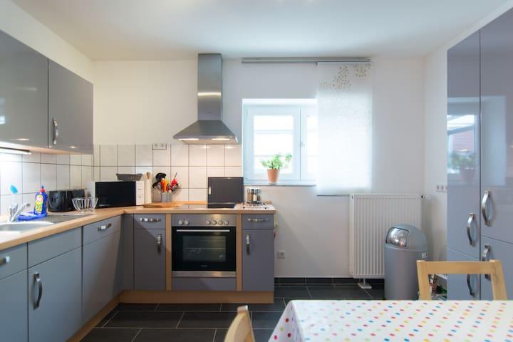 Offener Küchenbereich mit Spülmaschine, Backofen, Cerankochfeld
