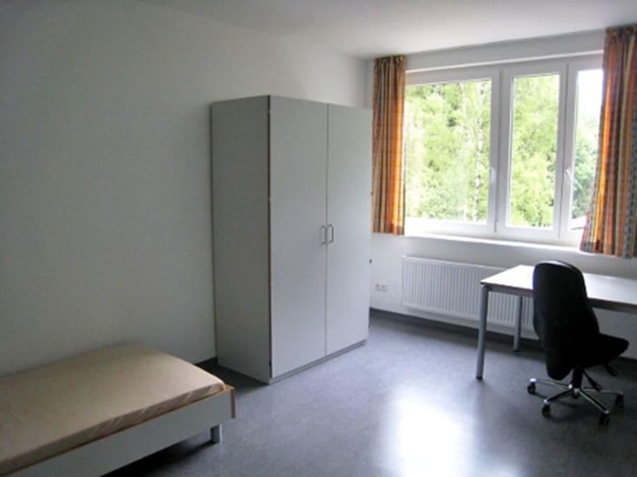 Zimmer exemplarisch Standardausstattung (bei mir + Schlafcouch & 1,40 Bett)
