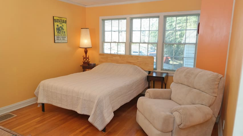 Great Neighborhood - Queen Bed in Historic Home