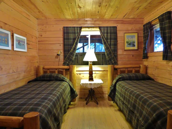 Twin Cubs Room at Juneberry Lodge