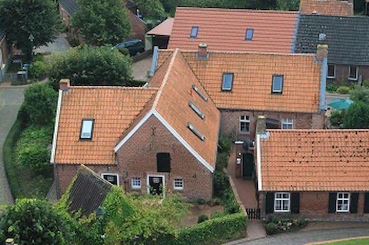 Das Ferienhaus liegt mitten im Dorfkern.