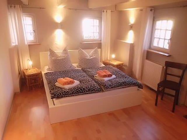Ein Doppelzimmer im Erdgeschoss (mit getrenntem Eingang für den Liebhaber...)