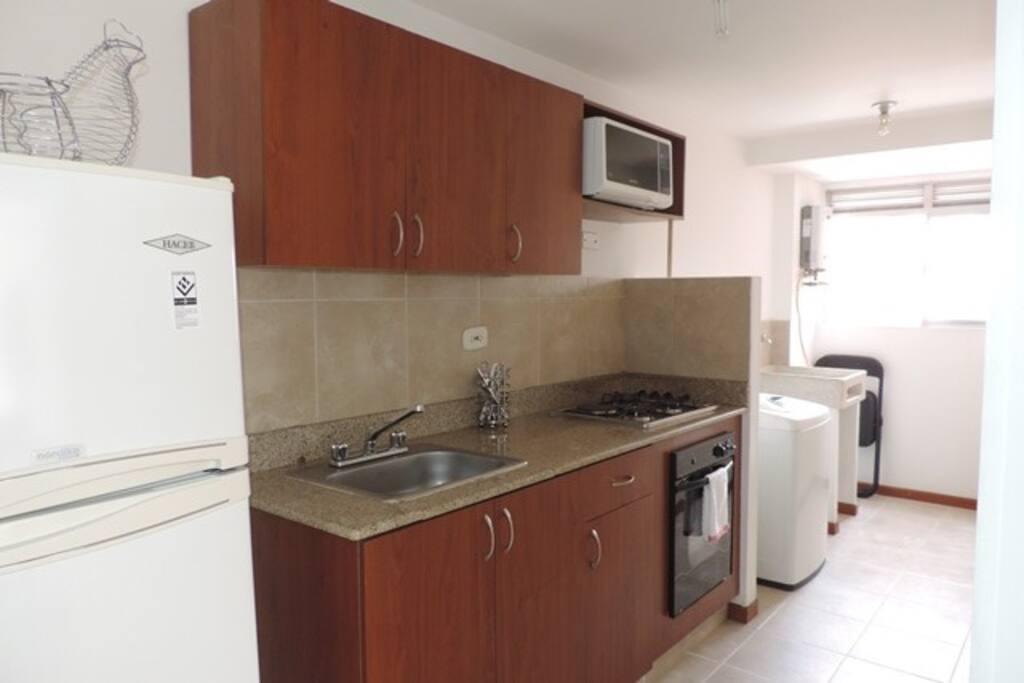 Cocina dotada y zona de lavanderia