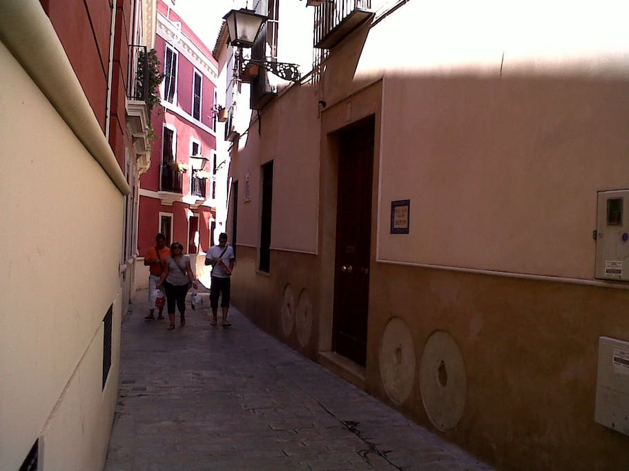 La calle es muy bonita y tranquila