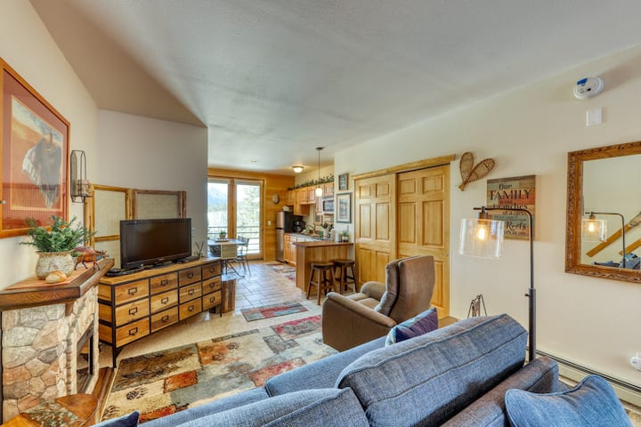 Lovely, romantic getaway w/ mountain views, electric fireplace, & private grill