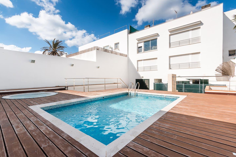 piscina privada con salida desde la terraza de la casa