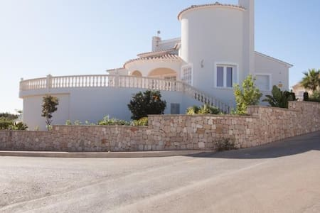 Villa | 4 bedrooms | 3 Bathrooms | sleeps 8 - Benitachell - Talo