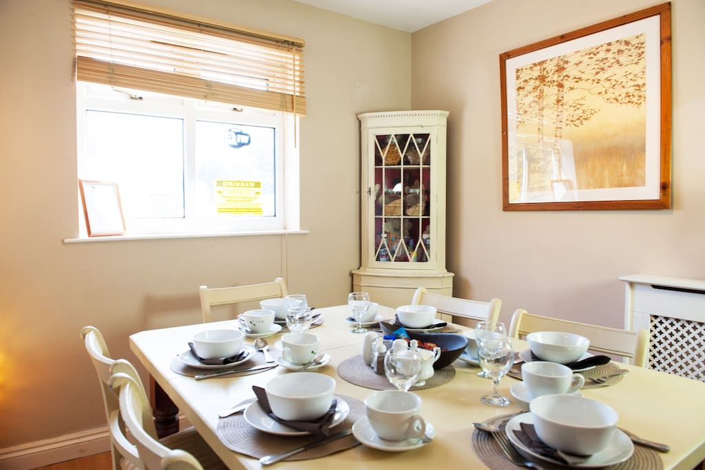 space for 6 to eat comfortably at dining table