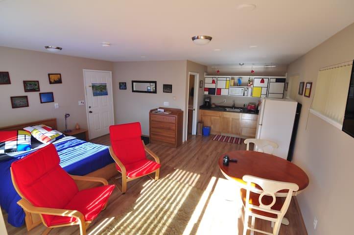 Hill Corner Cottage: Privacy in Historic Fairhaven