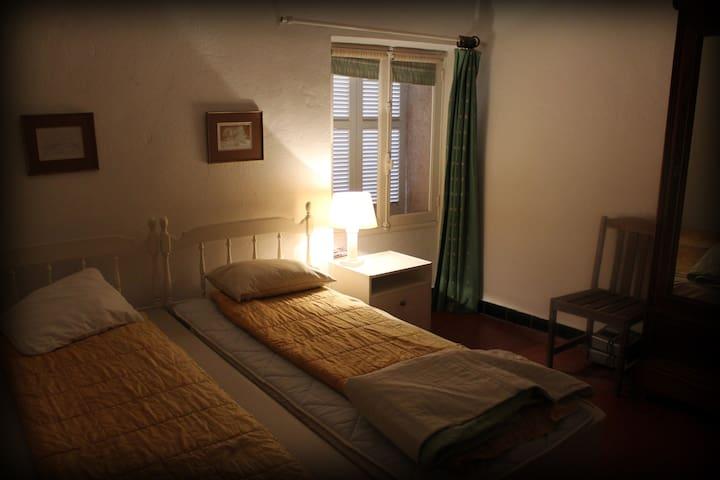 Ett av sovrummen på plan 2. One of the bedrooms.