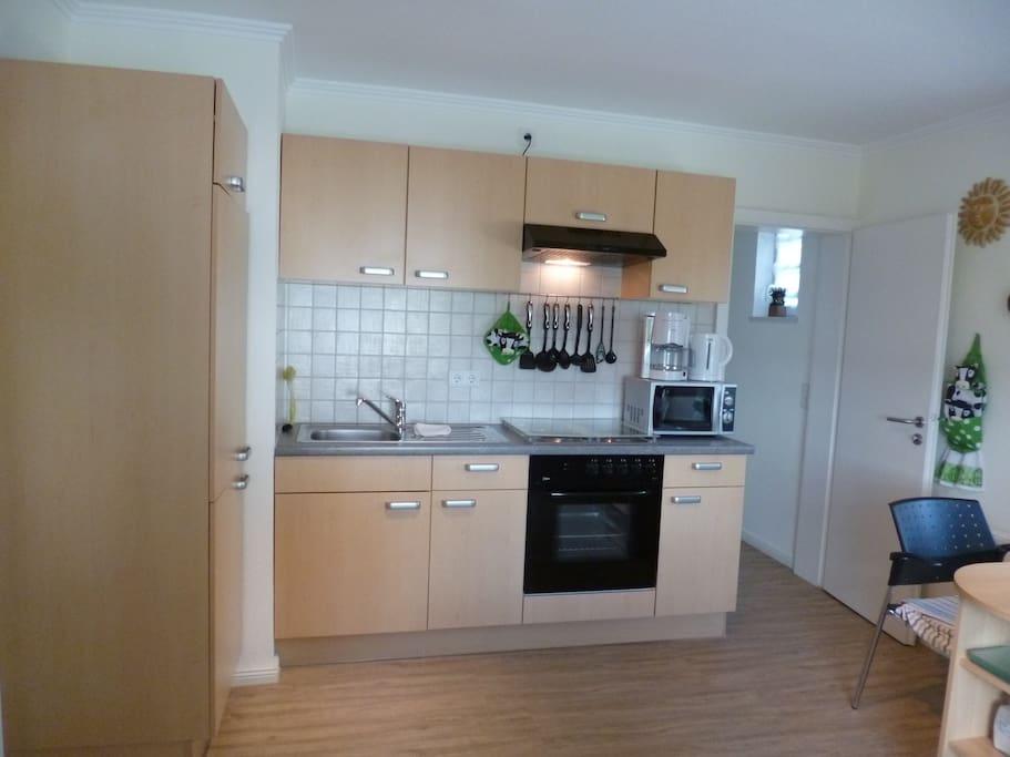 Küchenzeile mit Kühlschrank, Gefrierfach, 4 Platten Herd, Backofen, Mikrowelle, Kaffeemaschine, Wasser/Eierkocher, Toaster, Brotmaschine
