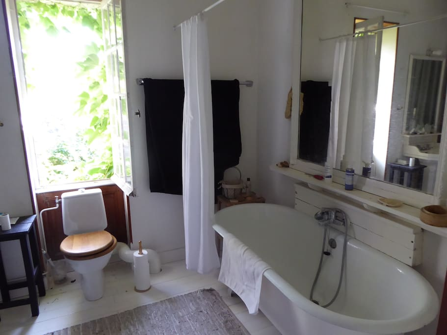 Bathroom next to the bedroom with bathtub