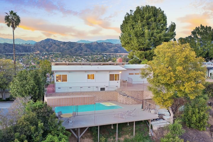 Hawkwind a Mid-Century House with Views Pool & Spa
