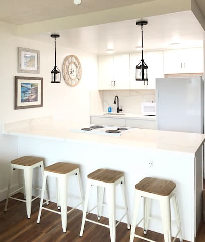 *NEWLY REMODELED 1 bedroom Napili Cottage for two*