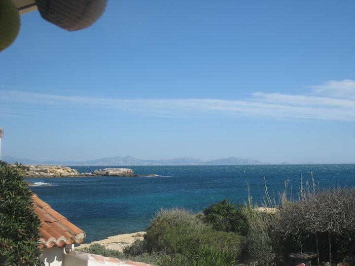 Superbe vue mer avec jardin dans la calanque..