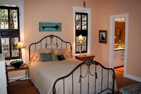 Villa in the Oaks Queen Room - Boerne - House