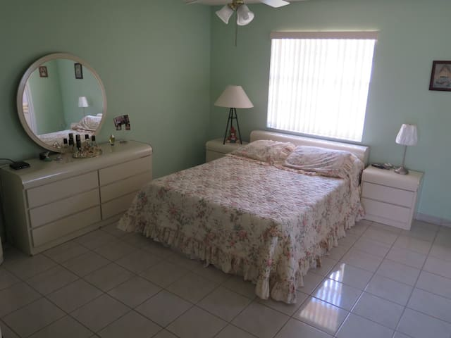 Large room with private bathroom - Hialeah - Casa
