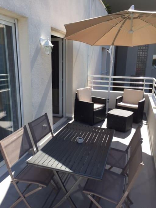 13 m2 de terrasse aménagée (table, chaises, salon de jardin et parasol déporté)